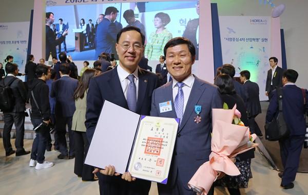 사진=민원기 과학기술정보통신부 제2차관(왼쪽)과 조광원 비투엔 대표/한국데이터산업협회 회장