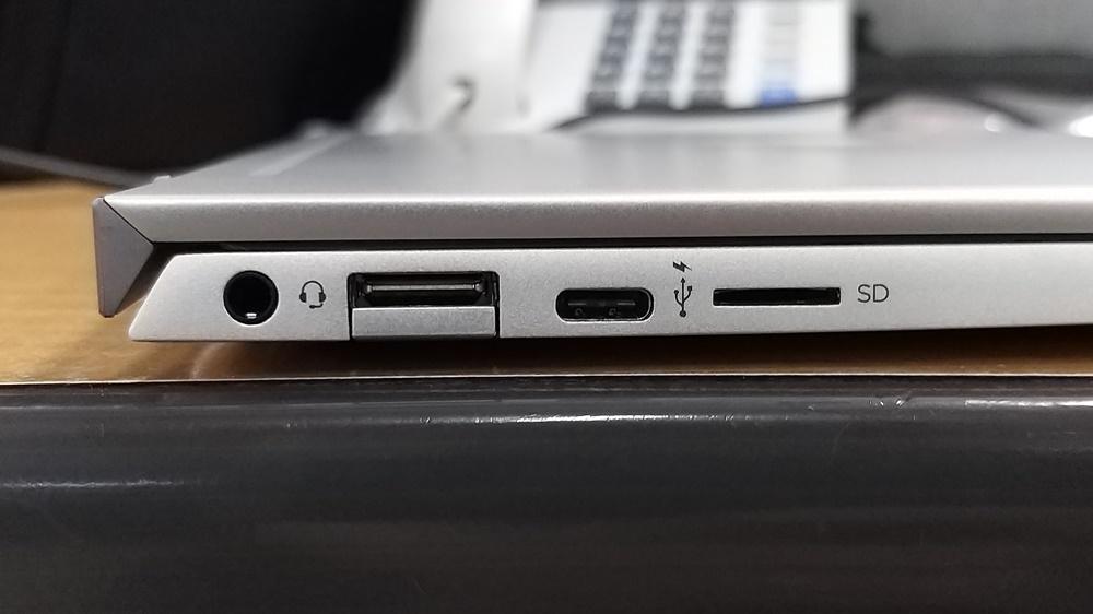 왼쪽 옆면에는 (왼쪽부터)△오디오콤보잭 △A형 USB 3.1 △C형 USB 3.1, △마이크로SD 슬롯을 지원하고 있다.