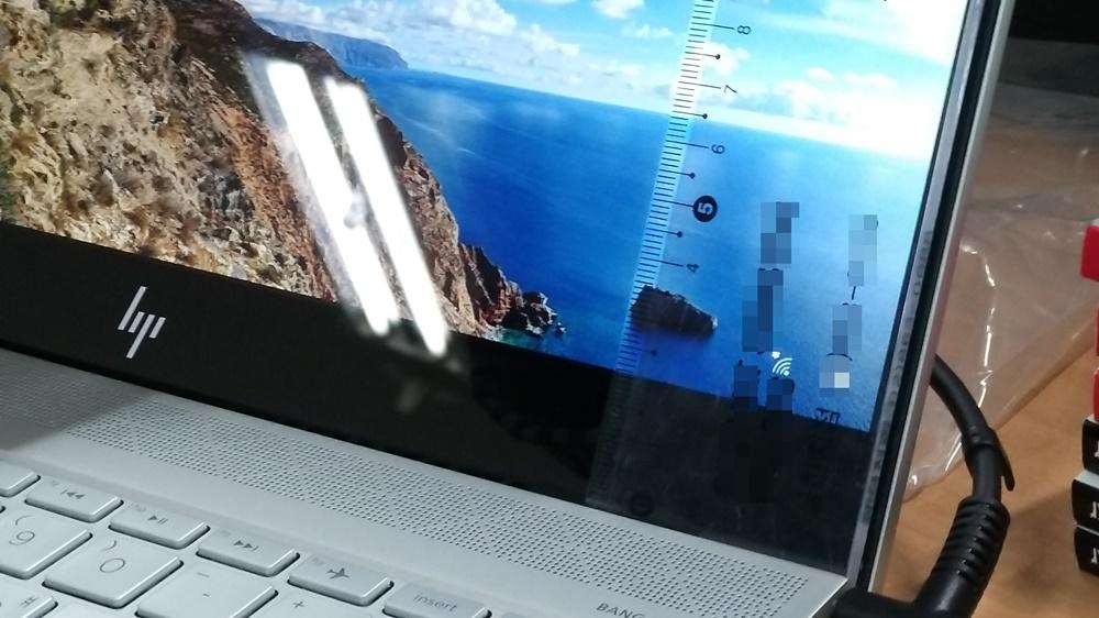 화면 위쪽 베젤은 0.9cm 옆쪽 베젤은 0.5cm 아래쪽 베젤은 2.5cm가량 차지한다. 넓지만 리프트 힌지 구조로 키보드가 밑을 가려줘, 이보다 더 얇게 느껴진다.