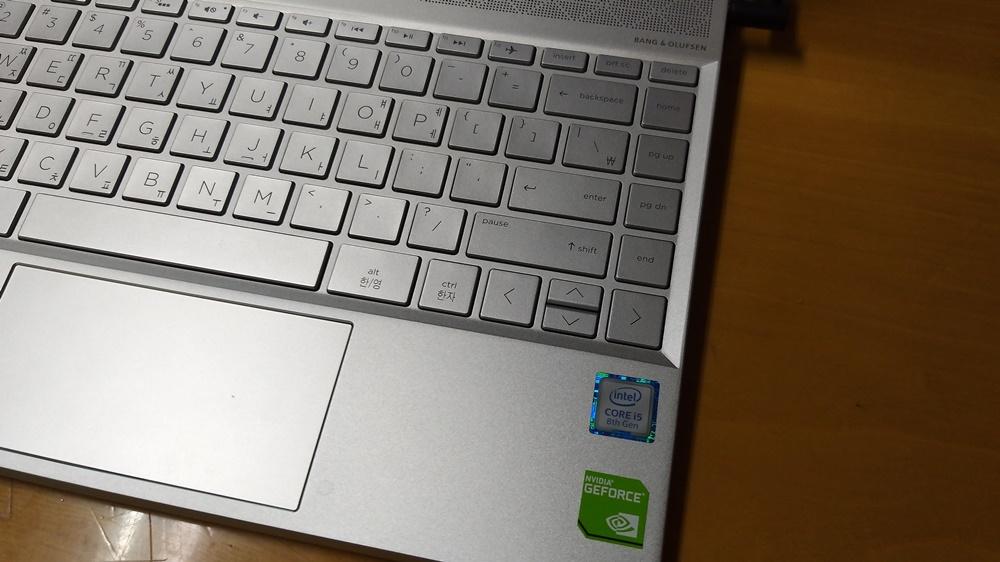 위·아래 방향키는 자판 하나 면적을 둘로 나눠 쓰고 있는 형태다. 다른 13인치 노트북 키보드에서 잘 지원하지 않는 △홈(Home) △엔드(End) △페이지 업(Pg Up) △페이지 다운(Pg Dn) 키도 보인다.