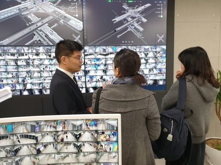 LG유플러스 직원이 홍콩에서 온 세계대중교통협회 관계자들에게 '스마트 스테이션' 3D맵에 대해 설명하고 있다 [사진=LG유플러스]