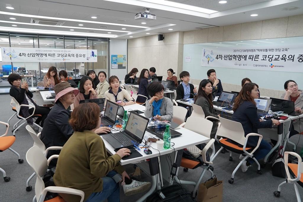 CJ올리브네트웍스 CJ SW창의캠프 '학부모 특별 과정'에서 학부모와 임직원 강사가 아두이노 초음파 센서를 이용하여 자동차 주차보조 시스템을 만들어 보고 있다. 사진제공=CJ올리브네트웍스