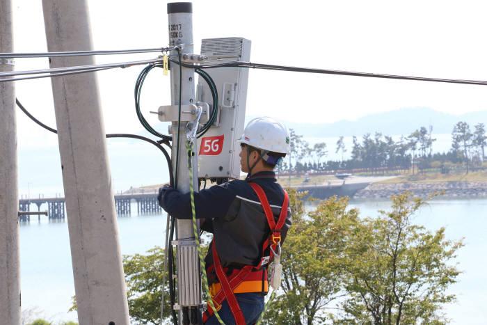 KT 직원이 무안군에 구축한 5G 기지국을 점검하고 있다.