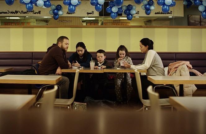 영화 '로지' 스틸 컷 (갈 곳이 없는 로지네 가족은 레스토랑 화장실에세 세면을 하고 차에서 잠을 잔다.)