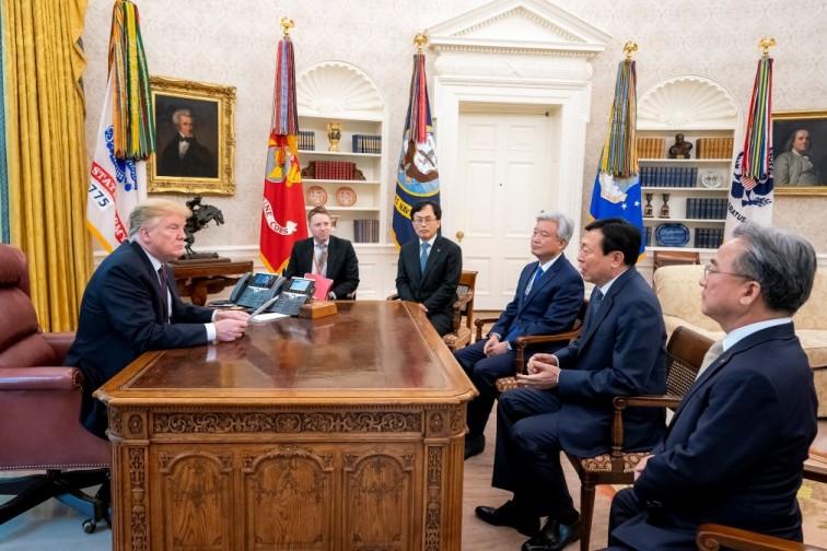 트럼프 미국 대통령과 신동빈 롯데그룹 회장이 13일(현지시간) 백악관에서 면담을 하고 있다. 사진=트럼프 트위터