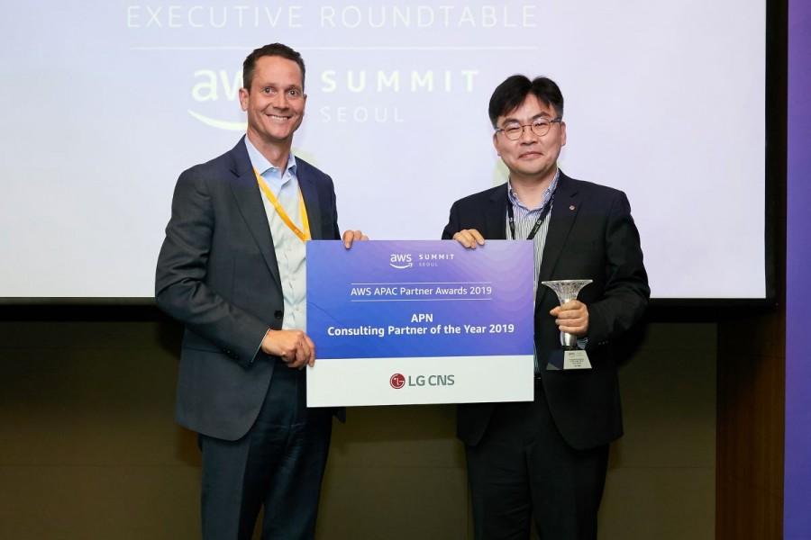 에드 렌타(Ed Lenta) AWS 아시아태평양지역(APAC) 총괄 디렉터(왼쪽), 최문근 LG CNS 클라우드/서비스사업부장(오른쪽), 사진제공=AWS