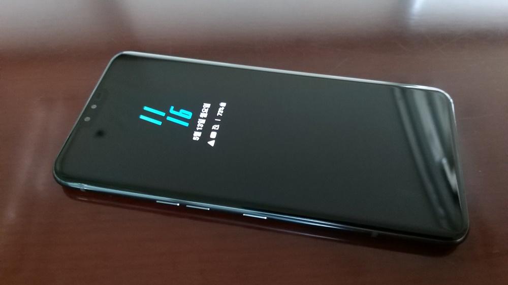 이미 LG G8 씽큐의 언더 글래스 디자인을 접해본 소비자라면, V50 씽큐의 외형도 쉽게 예상할 수 있을 것 같다. G8 씽큐보다 화면이 더 넓고 얇아졌을 뿐이다.