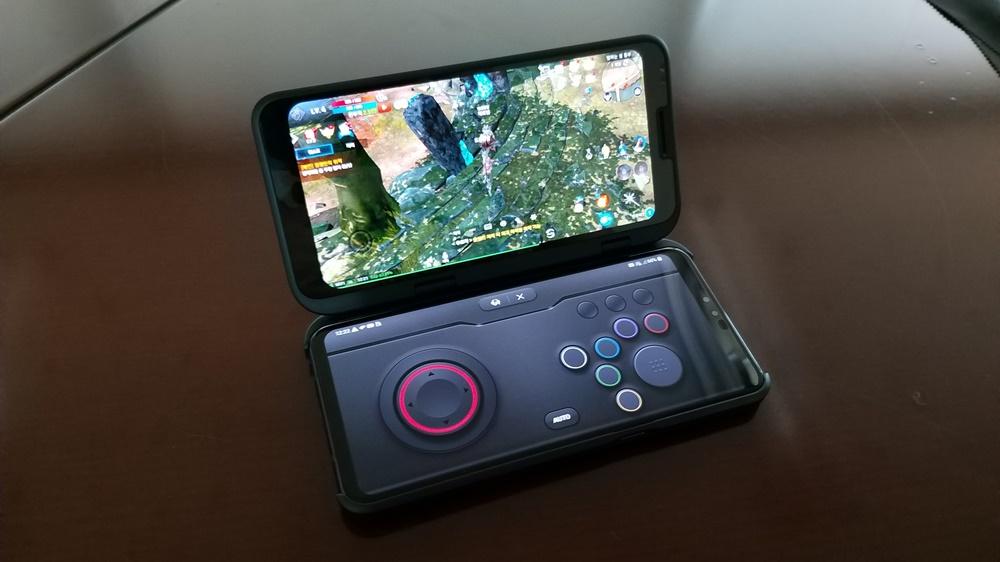 두 화면 중 하나를 게임패드 전용으로 구현한 모습. 게임패드는 콘솔, 레이싱, 아케이드, 베이직 등 4가지 스타일을 제공한다.