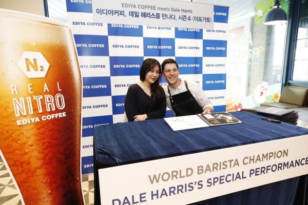 세계적 바리스타 데일 해리스가 이디야커피 매장에서 고객 행사를 진행하고 있다.