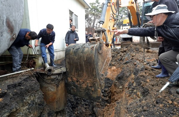 익산 장점마을, 집단 암 원인 비료공장서 불법폐기물 발견