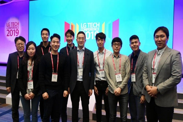 Chairman Koo Kwang-mo of LG Group took a commemorative picture with talented R&D individuals who are going through masters and doctors' courses in the U.S. at LG Tech Conference that was held in San Francisco in April.