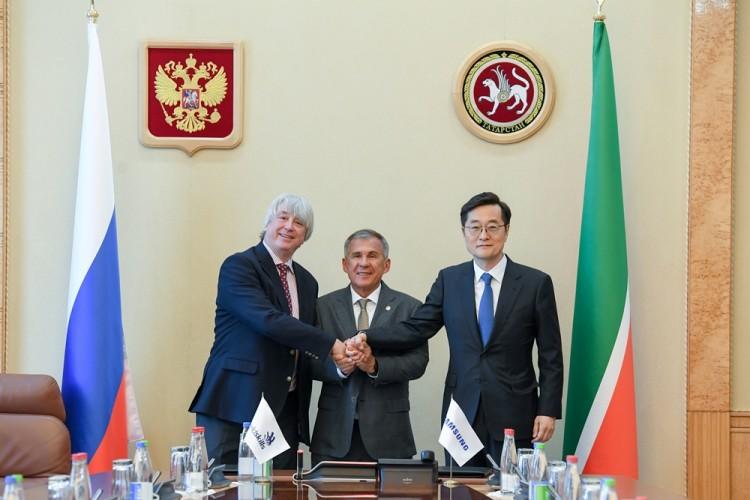 (왼쪽부터)사이먼 바틀리 국제기능올림픽위원회 회장, 루스탐 민니하노브 타타르스탄자치공화국 대통령, 장동섭 삼성기능올림픽 사무국장 [사진=삼성전자]