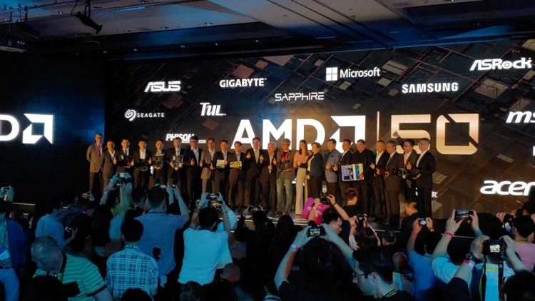 컴퓨텍스 2019 기조연설을 마친 리사 수 AMD 대표가 협력사 관계자들과 함께 기념 사진을 촬영하고 있다.