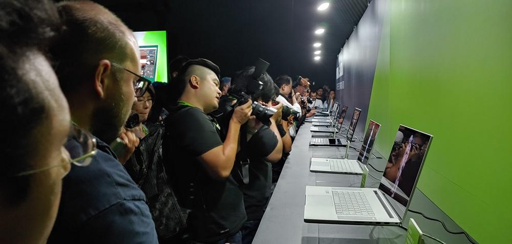 엔비디아 컴퓨텍스 2019 행사에 참가한 기자들이 이날 공개된 엔비디아 스튜디오 노트북 17종을 촬영하고 있다.