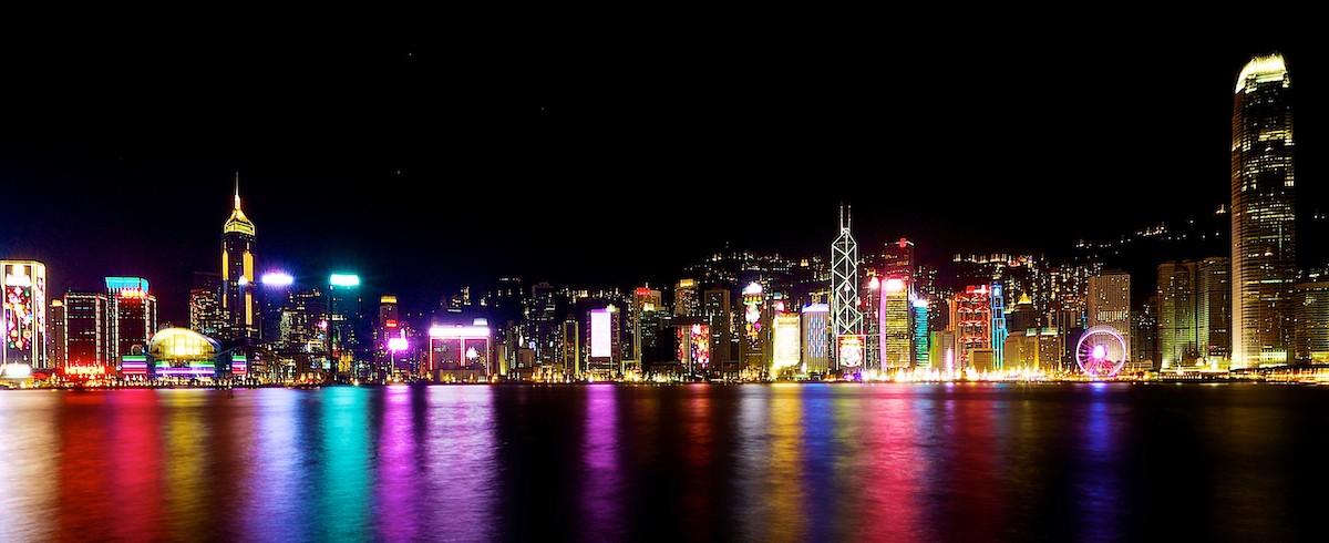 빅토리아 항구에 홍콩의 상징 스카이라인의 불빛이 비치고 있다. 사진=크레이그 루이스