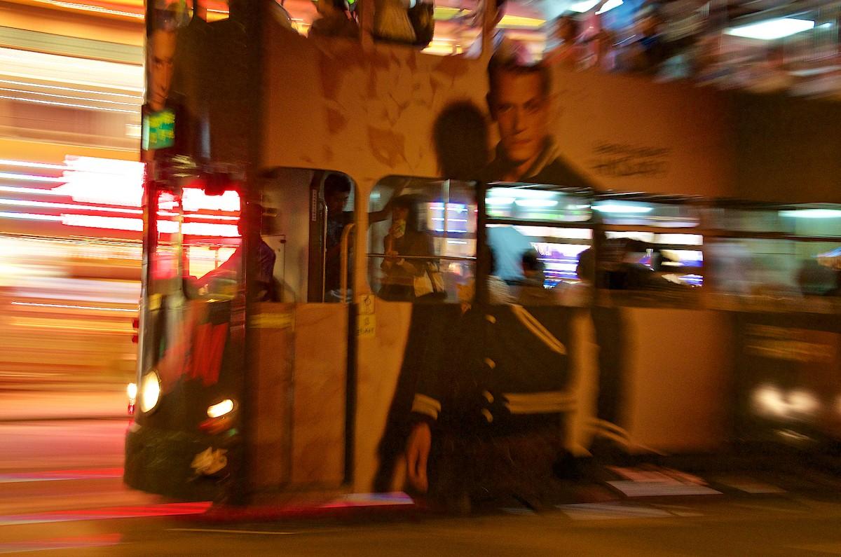 오랜 역사의 전차는 진보의 아치에도 아랑곳하지 않고 계속 밝게 빛나는 홍콩 섬의 거리를 활보하고 있다. 사진=크레이그 루이스