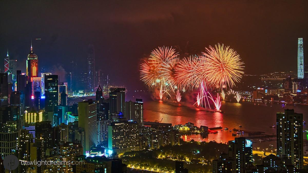 홍콩은 빅토리아 항구를 비추는 화려한 불꽃놀이로 새해를 맞이한다. 사진=크레이그 루이스