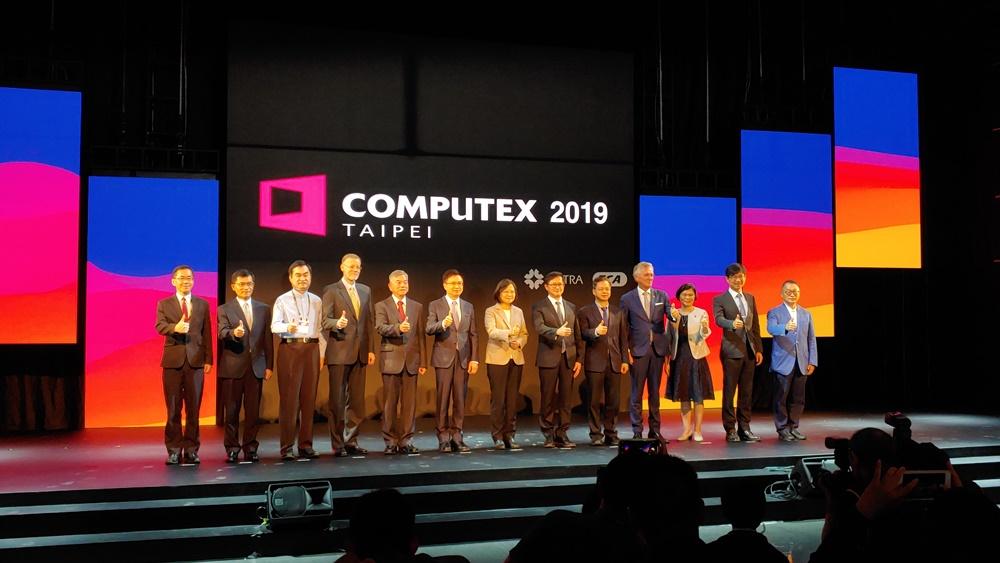 28일(현지시간) 진행된 '컴퓨텍스 타이베이 2019' 개막식에서 짜이 잉웬 대만 총통을 비롯한 초청 VIP들이 기념사진을 촬영하고 있다.