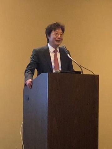 한미약품 대표이사 권세창 사장이 공로상 수상소감을 발표하고 있다.