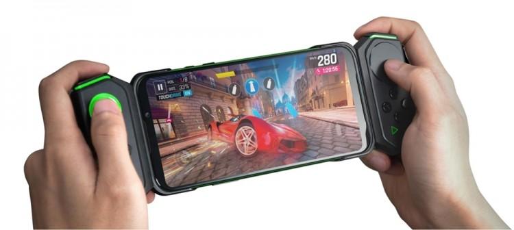 샤오미 블랙샤크2에 전용 게임패드를 장착해 모바일 게임을 플레이하고 있는 모습 [사진=파워보이스]