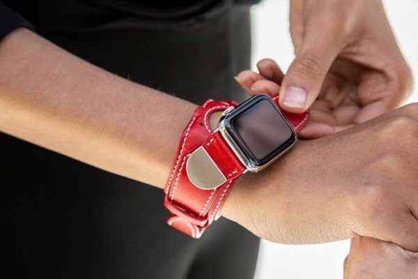 Picture of an Apple Watch with LiBEST's Artenix Band (Picture = Kickstarter's homepage)
