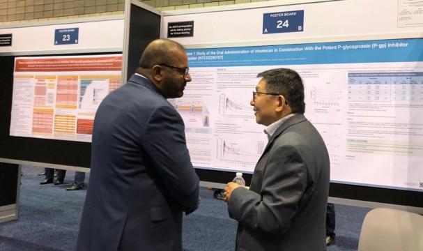 ASCO에 참석한 아테넥스 관계자(右)가 오라스커버리 적용 후보물질에 대한 포스터 발표를 진행하고 있다.