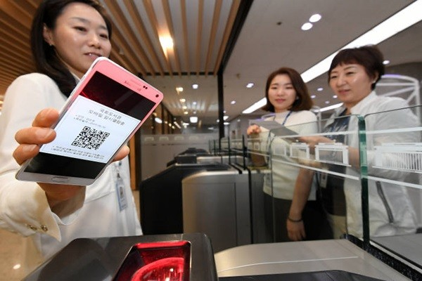A representative is testing a temporary mobile call card that is issued through SNS authentication at National Assembly Library.  Staff Reporter Lee, Donggeun | foto@etnews.com