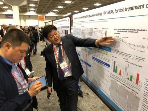제79회 ADA에 참석한 한미약품연구센터 최인영 상무가 LAPSGlucagon Analog의 주요 연구 결과에 대한 포스터 발표를 진행하고 있다.