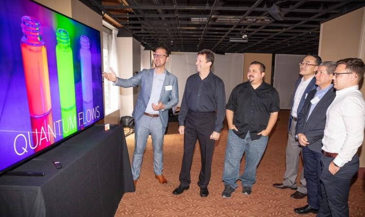디스플레이 업계 전문가들이 현지시간 11일 미국 뉴욕 맨해튼에서 열린 '8K 디스플레이 서밋'에서 삼성 QLED 8K TV로 8K 화질을 체험하고 있다 [사진=삼성전자]