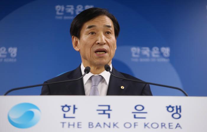 이주열 한국은행 총재가 기자회견에서 취재진의 질문에 답하고 있다