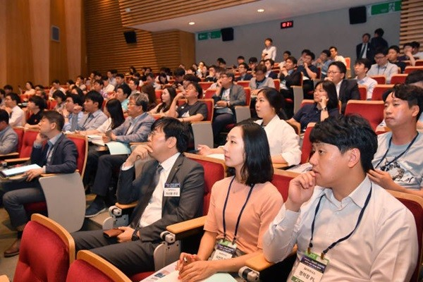 The Electronic Times Second Tech Week was held at POSCO Tower on the 12th.  Attendees are paying careful attention to presentations.  Tech Week will be held for four days until the 14th.  Staff Reporter Park, Jiho | jihopress@etnews.com
