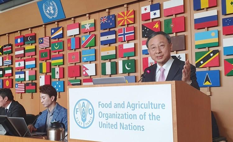 KT 황창규 회장이 지난 12일(이하 현지시간) 이탈리아 로마에서 열린 유엔식량농업기구(FAO)의 '디지털 농업혁신' 콘퍼런스에 참석해 기조연설을 하고 있다. 황창규 회장은 기조연설에서 300여명의 참석자들에게 박수갈채를 받았으며, 호세 그라치아노 다 실바(Jose Graziano Da Silva) FAO 사무총장으로부터 직접 감사인사를 받기도 했다. 이번 기조연설은 FAO 홈페이지를 통해 실시간 중계돼 콘퍼런스에 참석하지 못한 관계자들에게도 높은 관심을 받았다. [사진=KT]
