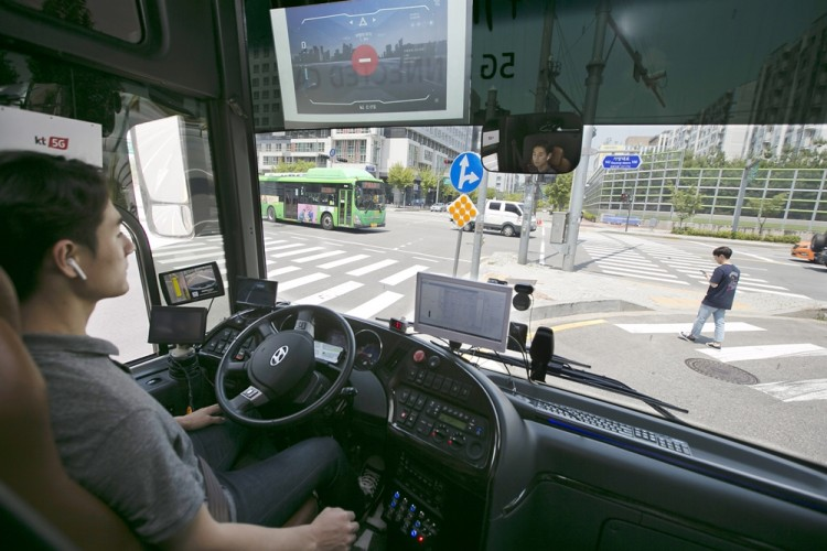 KT가 자율주행 버스를 활용해 서울 강북 지역에서 5G-V2X 기술을 실증하고 있다 [사진=KT]