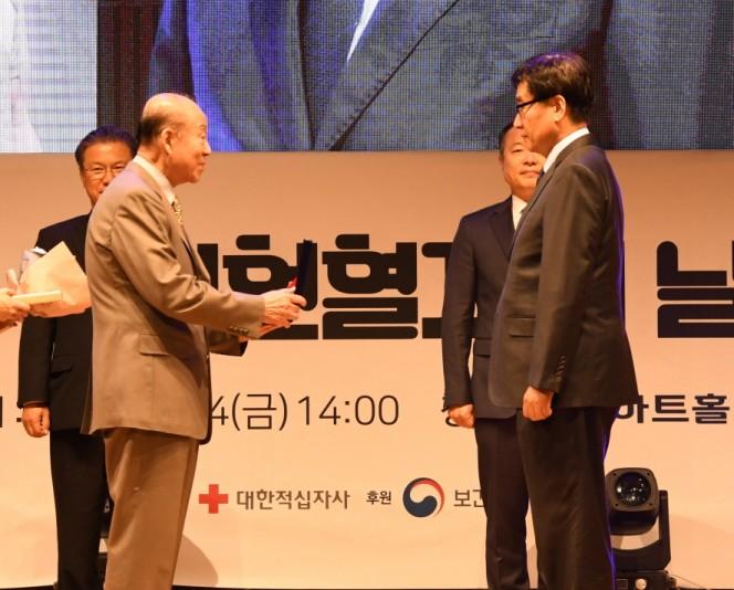 대한적십자사 박경서 회장(左)이 한미약품 사회 공헌팀 임종호 전무에게 표창을 수여하고 있다.