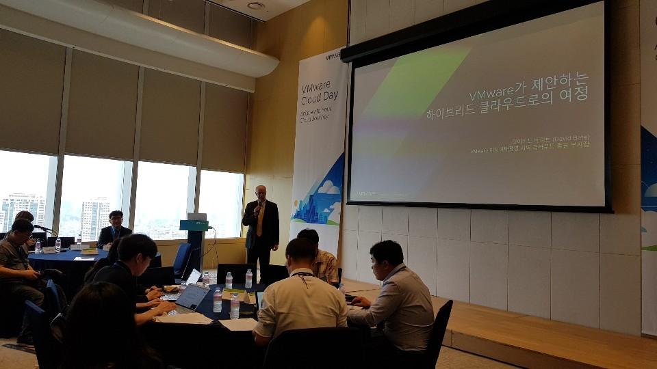 데이비드 베이트(David Bate) VMware 아시아태평양지역 클라우드 총괄 부사장이 'VMware가 제안하는 하이브리드 클라우드 여정'이라는 주제를 발표했다.