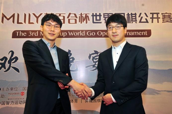 3회 몽백합배 결승 전 악수를 하고 있는 박정환(왼쪽)과 박영훈.