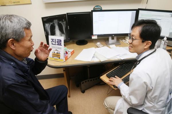 서울아산병원 호흡기내과 이세원 교수가 택시기사의 폐기능 검사와 흉부 X-선 검사를 확인하며 진료상담을 하고 있다.