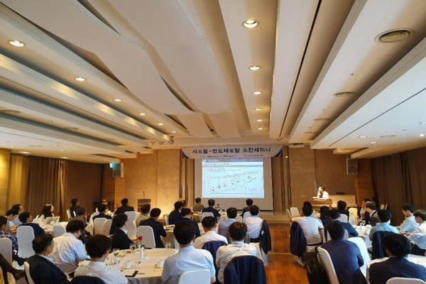 PD Kim Dong-soon of Korea Evaluation Institute of Industrial Technology had a presentation under the topic 'Plans for Promoting a Project on Development of Next-Generation Intelligent Semiconductor Technologies' at System-Semiconductor Forum Breakfast Seminar that was held at EL TOWER on the 19th.