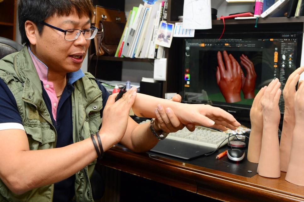 허준성 대표가 컴퓨터 3D를 활용하여 정밀한 의수를 제작하고 있다.