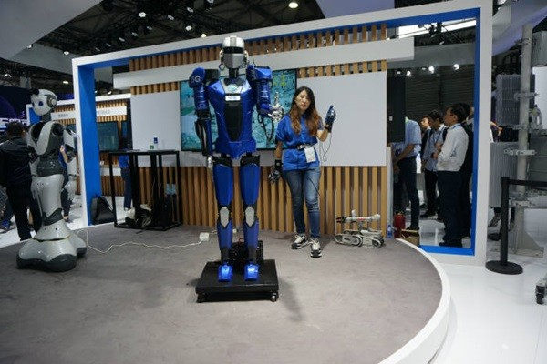 China Mobile's 5G super-low latency service.  Robot raised its thumb as soon as the spectator raised her thumb.