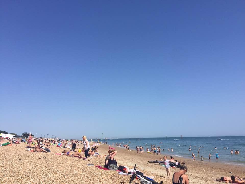 여름의 포츠머스 해변가, 해수욕을 즐기기 위해 남쪽으로 가고자 하는 영국인들이 많다. 오락가락하는 날씨 중간중간 해가 나오면 기다렸다는듯 인파들이 몰려나온다.