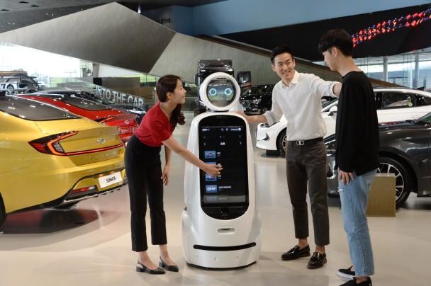 LG전자가 현대자동차와 손잡고 경기도 고양시에 위치한 국내 최대 체험형 자동차 테마파크 현대 모터스튜디오 고양에서 클로이 안내로봇 시범서비스를 시작했다. 현대 모터스튜디오 고양을 찾은 방문객들이 시범서비스 중인 클로이 안내로봇을 체험하고 있다.