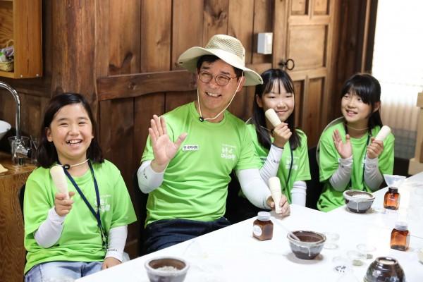 농촌마을 체험행사. 왼쪽에서 두번째 김낙순 한국마사회장.