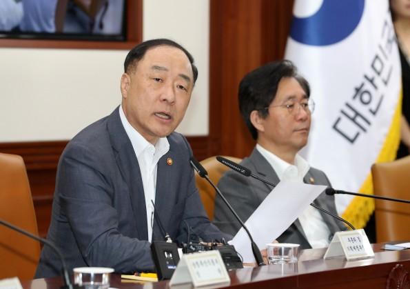 홍남기 경제부총리가 8일 서울 정부청사에서 열린 대외경제장관회의에서 모두 발언을 하고 있다.