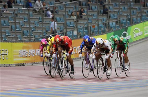 지난 6월말 2019 국민체육진흥공단 이사장배 경륜 왕중왕전 결승 경주에서 황인혁(빨간색)이 역주하고 있다.