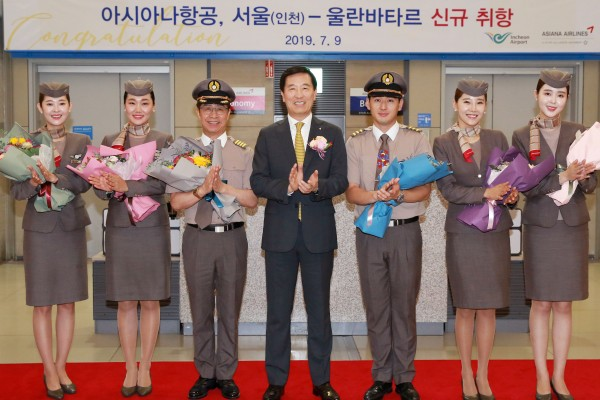 9일(화) 인천국제공항 제1여객터미널에서 열린 아시아나항공 울란바타르 취항식에 참석한 한창수 아시아나항공 사장(가운데)과 임직원들이 기념촬영을 하고 있다.