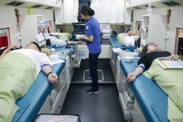 웹케시그룹 임직원들이 창립 20주년을 맞아 사랑의 생명나눔 캠페인에 참여해 헌혈을 하고 있다.