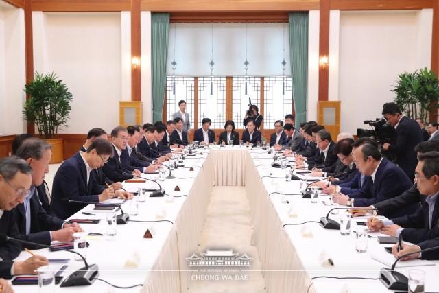 문재인 대통령이 10일 오전 청와대에서 30대 대기업 대표들과 일본 수출규제와 관련한 긴급 간담회를 갖고 있다. 출처=청와대 페이스북