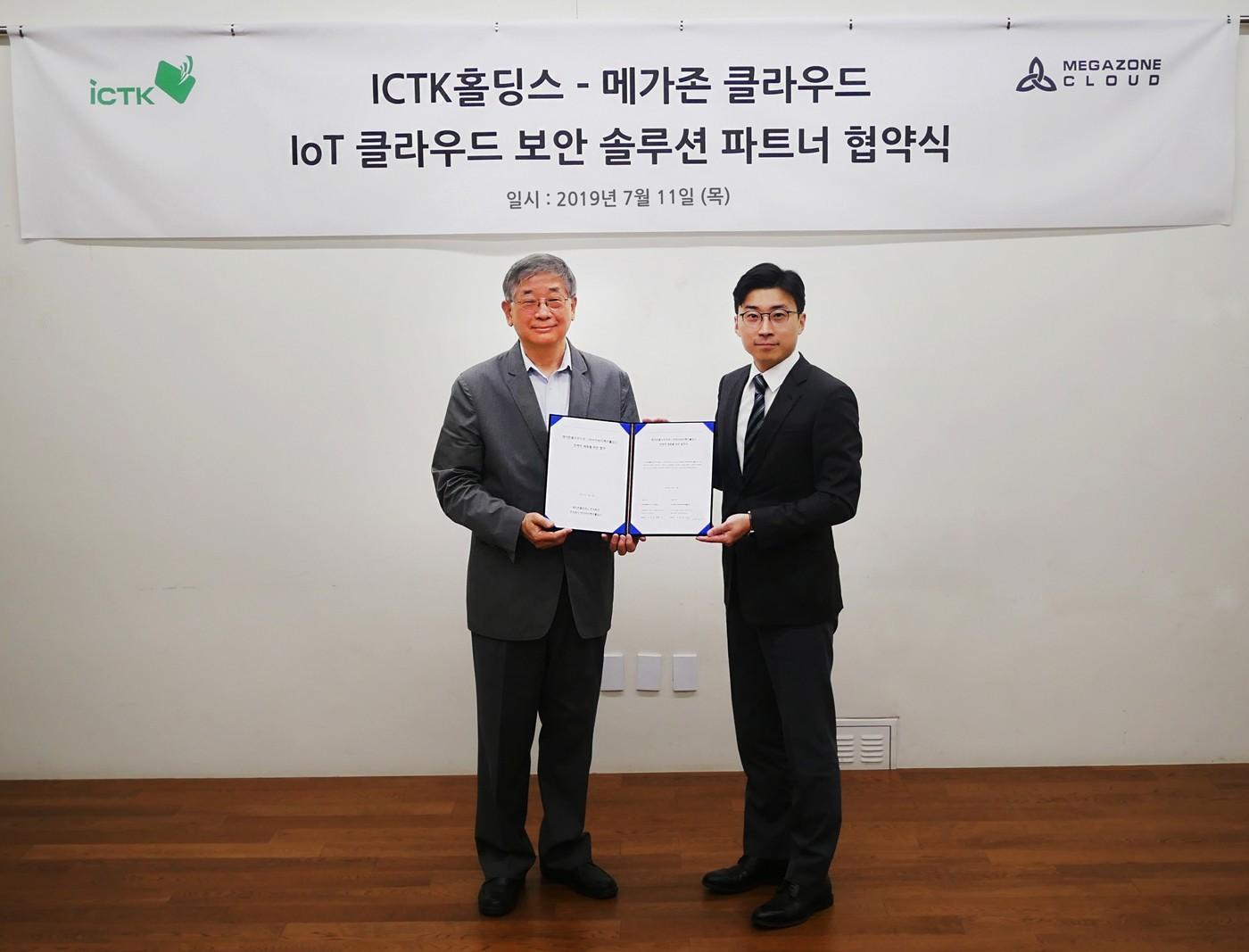 IoT 클라우드 융합보안 업무 협약식을 맺고 있는 유승삼 ICTK홀딩스 대표(왼쪽)와 이주완 메가존 클라우드 대표. 사진제공=메가존 클라우드