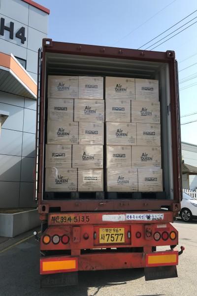 톱텍 자회사 레몬이 숨쉬는 생리대 '에어퀸'의 해외 수출을 확대하고 있다. 사진은 지난 5월 2일 베트남 첫 수출 30만대 물량을 출하하는 모습이다.